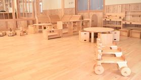 木の園舎と木製家具