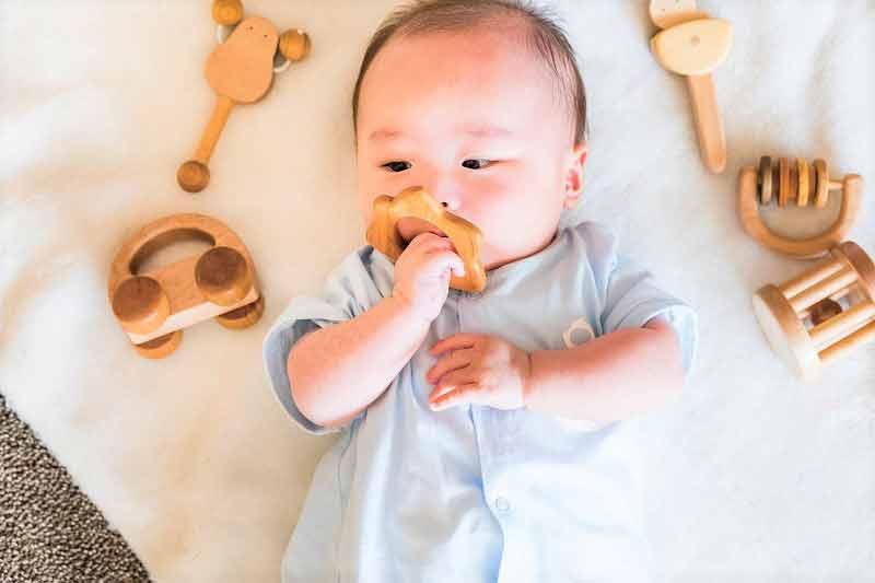 出産祝いの木製玩具