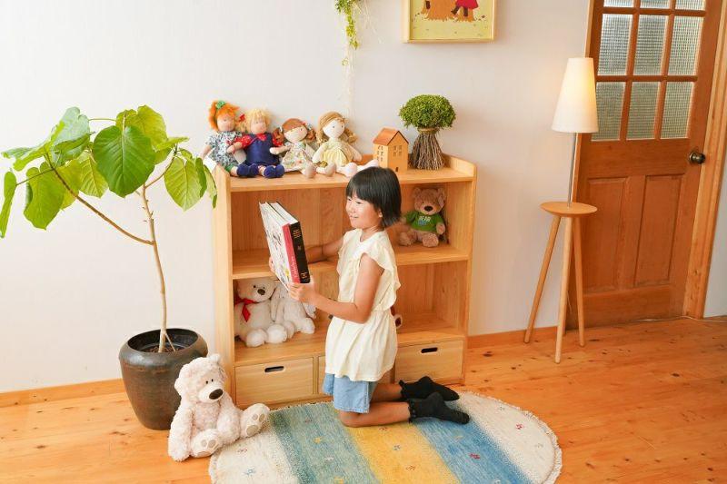 絵本とおもちゃの棚